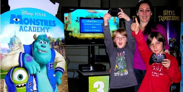 Elya 8 ans, son frère Mathys 9 ans et leur maman Vanessa ont pleinement profité des nombreux jeux vidéo. (Photo : Yannis-Christophe Garcia)