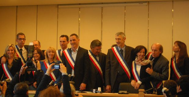Les 12 adjoints entourent Gilles Simeoni. copyrignt Christian Andreani.