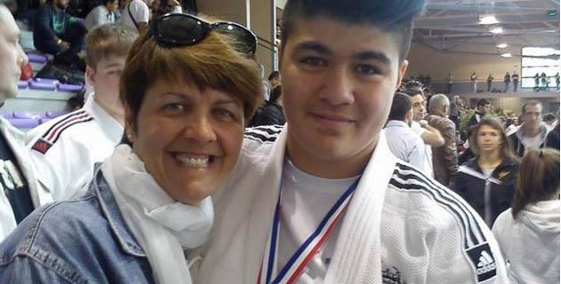 Julia Tolofua félicitée par sa mère Sheila
