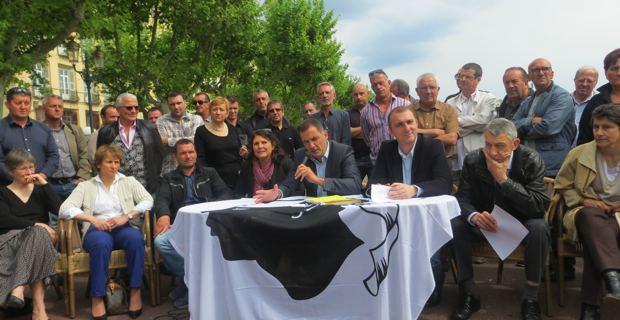 Les élus municipaux et territoriaux et les militants de Femu a Corsica autour de leurs deux leaders, Gilles Simeoni et Jean Christophe Angelini.