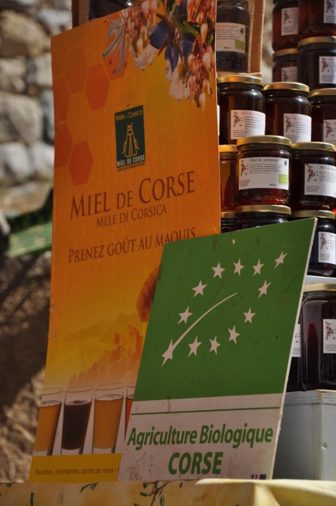 Sseules deux régions de France possèdent une AOC (appellation d'origine contrôlée) pour leur miel. L'AOC Mele di Corsica est la plus complète, et garantit un miel de grande qualité. Les apiculteurs respectant en outre le cahier des charges bio n'utilisent que des traitements naturels contre le parasite de l'abeille varroa, évitant tout pesticide synthétique.