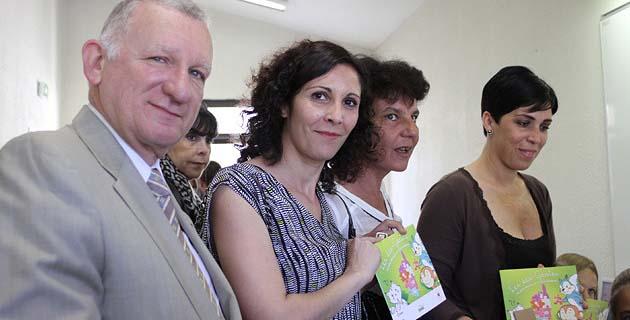 Distribution des livrets éco gestes. (Photo Lydie Colonna)