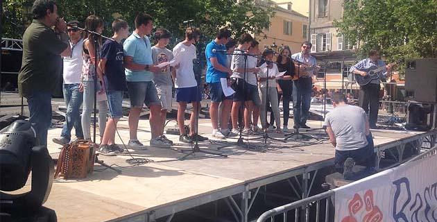 """Bastia :1 500 élèves dans les rues pour """"Parolle sparte"""""""