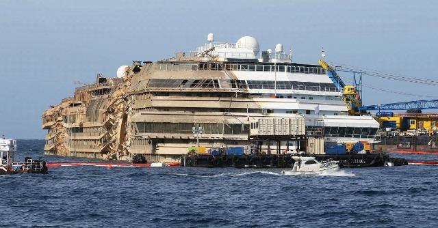 """Le """"Concordia"""" remorqué entre Giglio et Gênes : Risque de pollution au large de la Corse"""