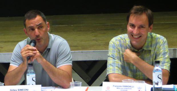 Gilles Simeoni, maire de Bastia, et François Viangalli, maître de conférences en droit européen à l'université Grenoble-Alpes, lors du débat organisé le 7 juin à Bastia par la Ligue des Droits de l'homme (LDH).