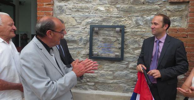 Yannick Castelli, maire de Folelli, dévoilant la plaque.