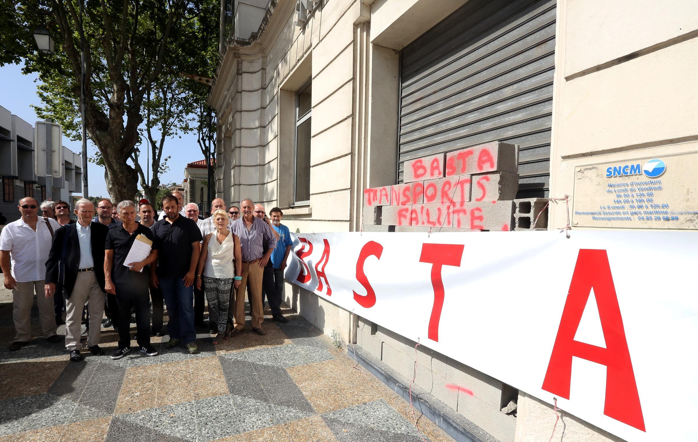 """Ajaccio : Le """"Cullettivu Dumane Da Fà"""" mure l'entrée des bureaux de la SNCM"""