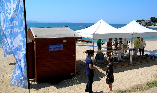 """Les plages de la Cité Impériale ont été ouvertes vendredi. Sécurité, hygiène, aide aux personnes malvoyantes et à mobilité réduite ainsi que l'opération """"Lire à la Plage"""" forment le dispositif. (Photo : Yannis-Christophe Garcia)"""