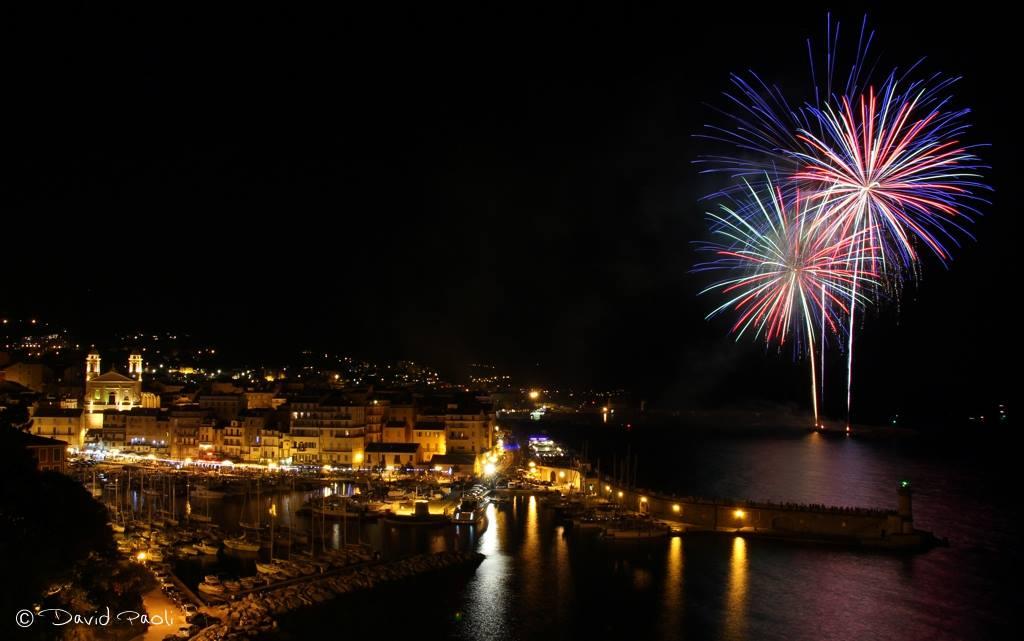 L'image : Le feu d'artifice et le Vieux-Port de Bastia