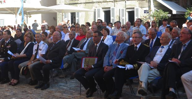 Le maire de Bastia, Gilles Siméoni, entouré des officiels civils et militaires.