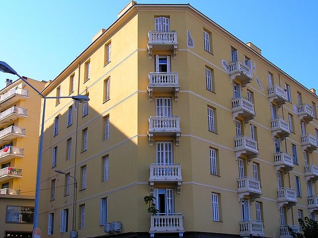 C'est du 5è et dernier étage de cet immeuble qui fait l'angle de la montée Saint-Jean que la victime a chuté lundi. (Photo : Yannis-Christophe Garcia)