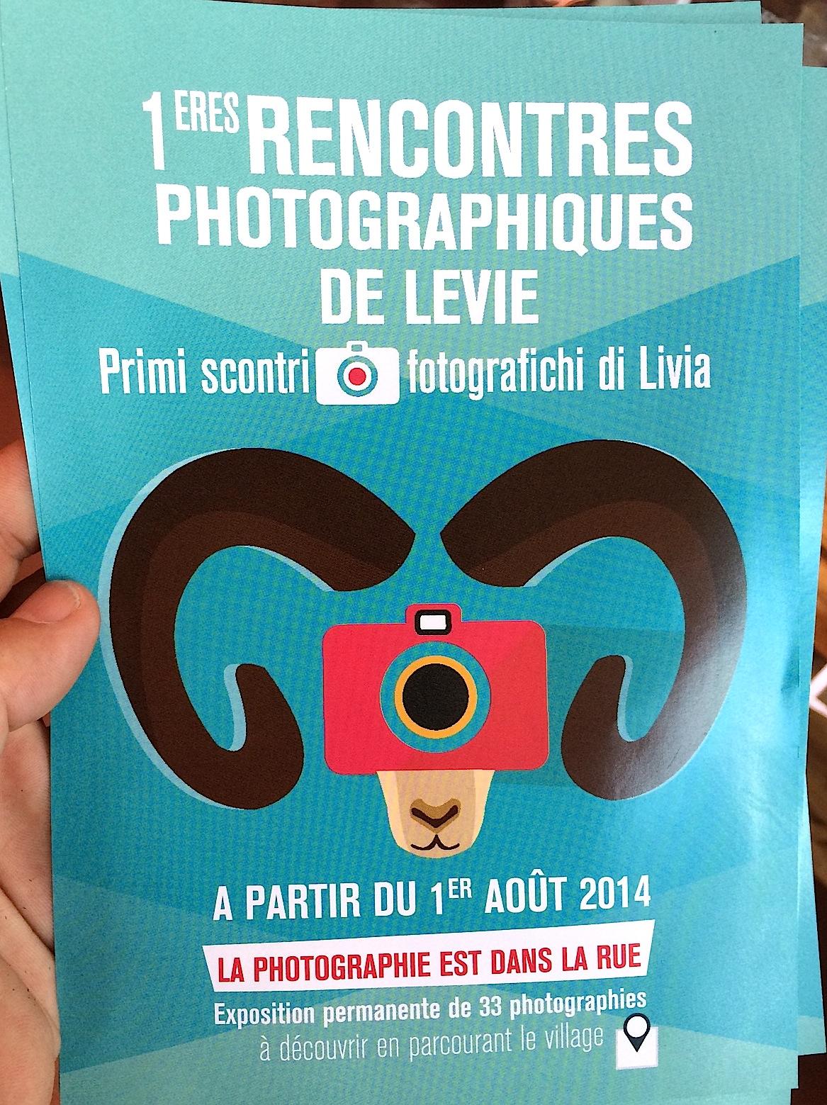 Primi Scontri Fotografichi di Livia : Tout le village va poser pour la postérité