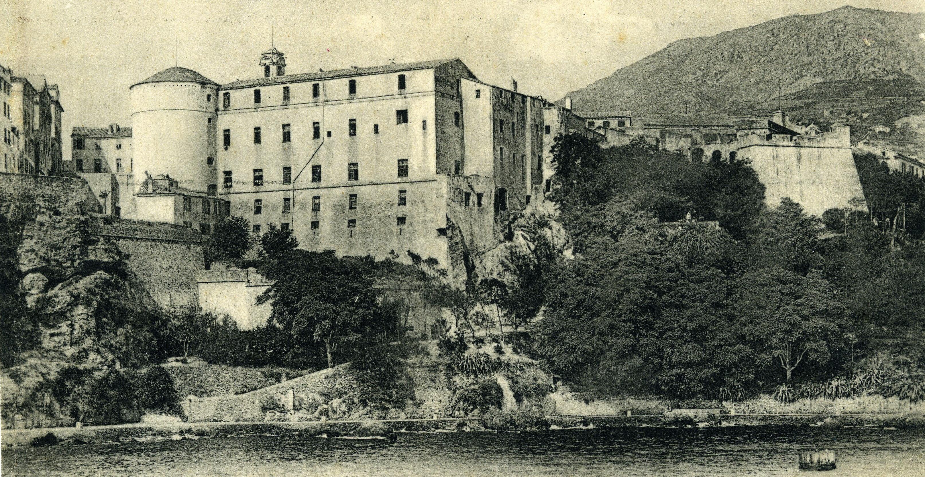 La masse imposante du Palais des Gouverneurs génois domine l'entrée du port de Bastia. C'est ce bâtiment fortifié (une « bastia », équivalent du mot français « bastille ») qui a donné son nom à  la ville. Photographie de 1912 (collection particulière).