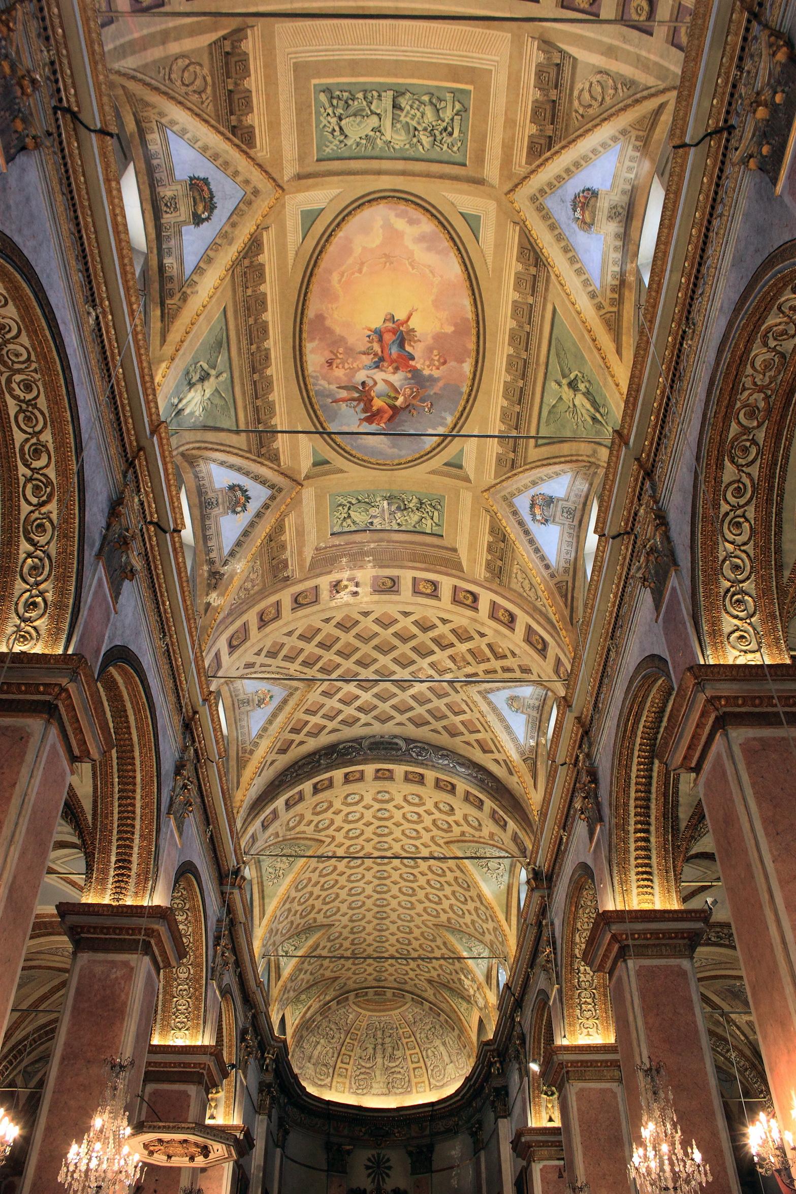 Les voûtes de la cathédrale de Bastia sont ornées d'un riche décor peint, terminé en 1835. Il fut réalisé par une équipe d'artistes toscans. Les peintres Sforza et Tudicci ont réalisé les ornements en trompe-l'œil et Geronimo Sari s'est consacré au grand médaillon central. ©Ville de Bastia – cl. Pascal Renucci.