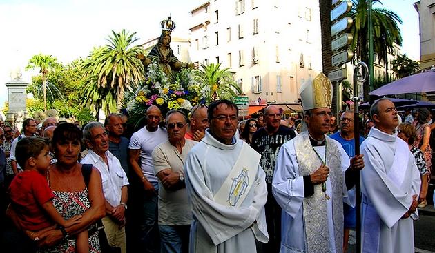 """Dans la ferveur, une foule compacte a cheminé dans les rues de la cité Impériale afin d'honorer """"A Madunuccia"""". (Photo : Yannis-Christophe Garcia)"""