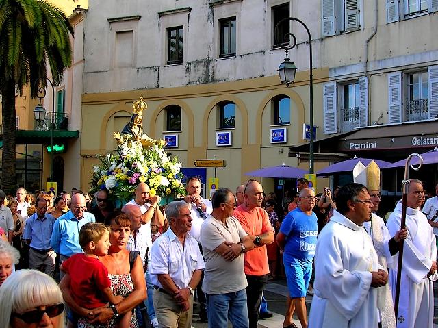 Arrivé sur la place des Palmiers, le cortège a fait une longue pause et les prières se sont élevées dans les airs. (Photo : Yannis-Christophe Garcia)