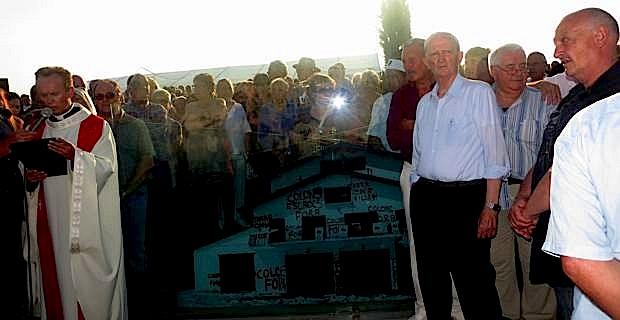 Le père Vincent bénit la stèle du souvenir.