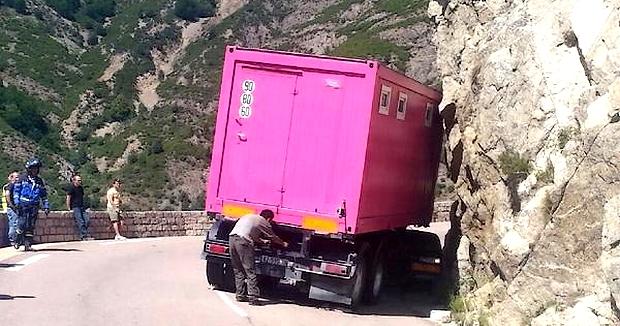 """L'un des poids lourds du convoi s'est retrouvé en """"portefeuille"""" en plein milieu de la chaussée. (Photo : DR)"""