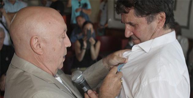 Michel Mallory remet la médaille du tourisme à Tao-By