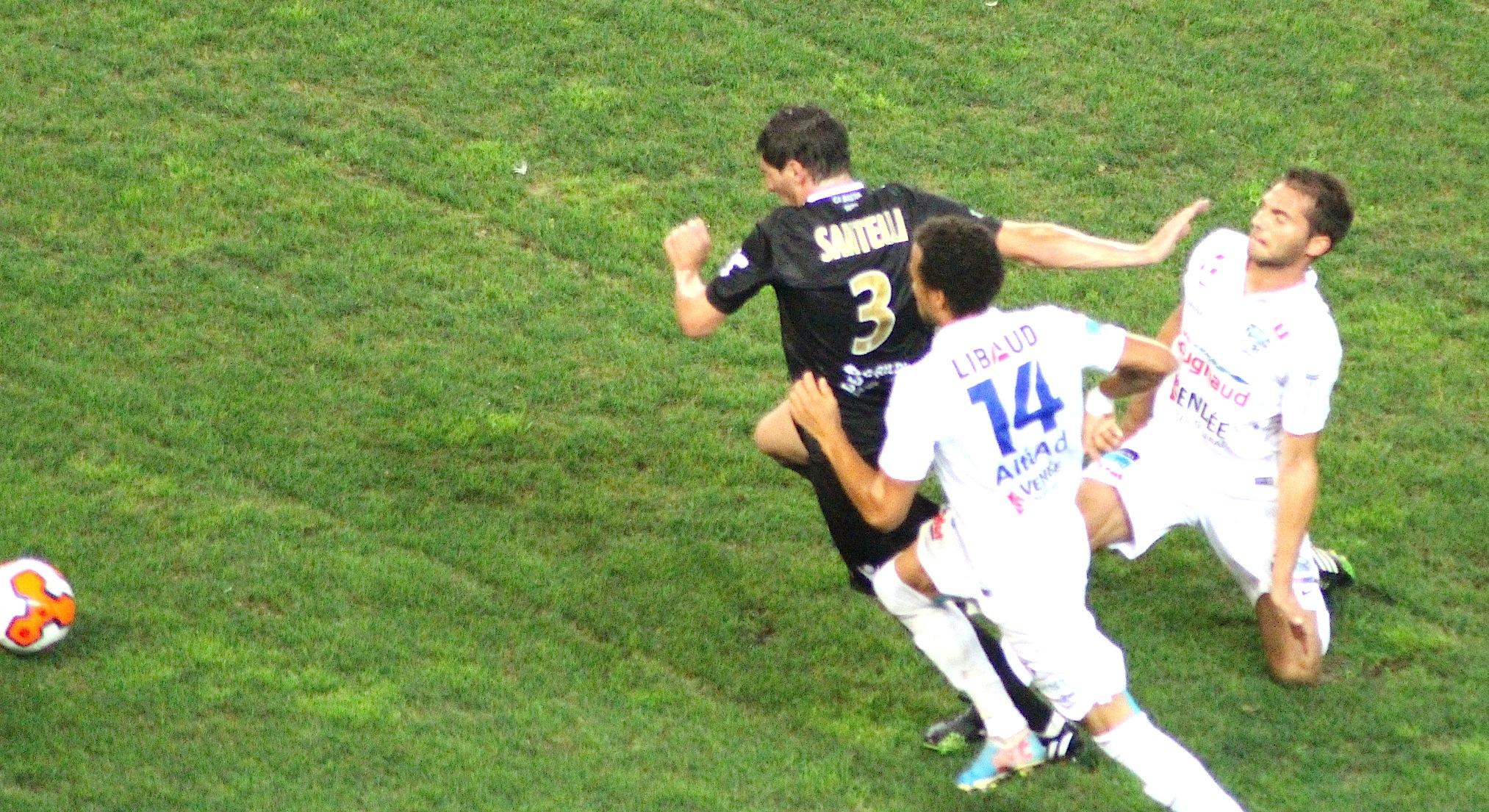 Santelli s'arrache sur son côté gauche avant de centrer et amener le premier but du CAB.