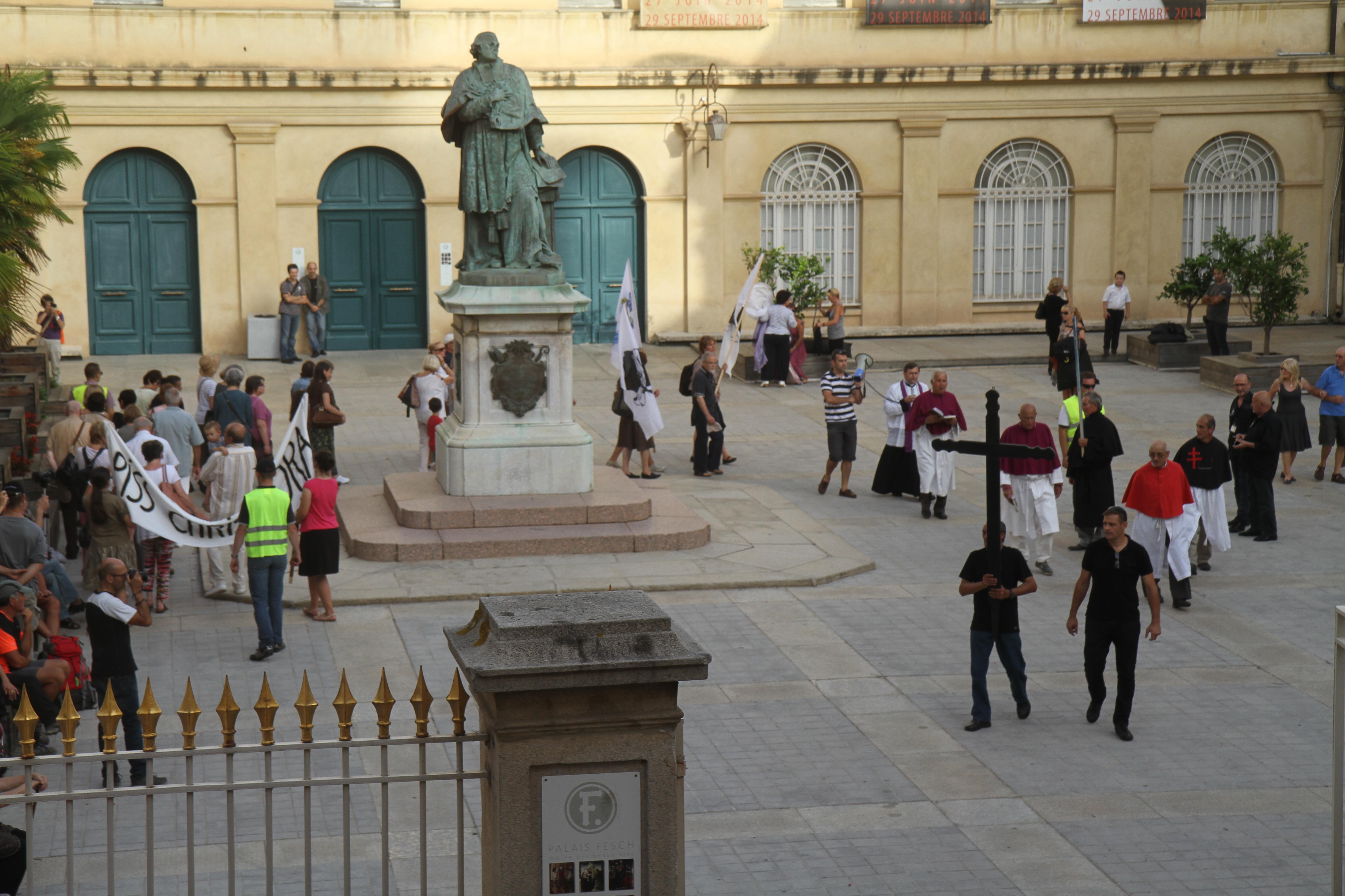 Une procession pour soutenir François Veyret-Passini opposant à l'exposition du Piss Christ