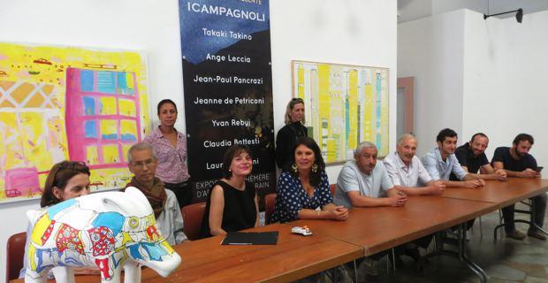 Le Collectif d'artistes Cors'Odissea autour de l'écrivain Marie Ferrante et de l'adjointe à la culture, Mattea Lacave.
