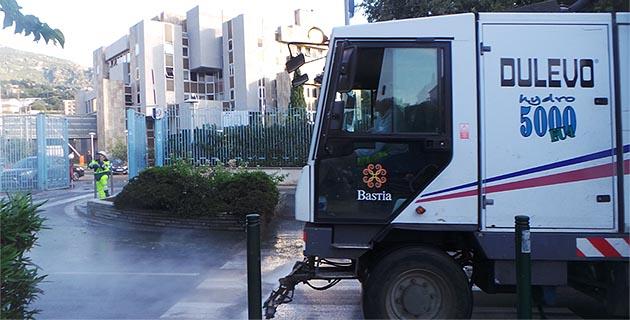 Pendant un bon moment les services de nettoiement de la ville sont intervenus devant la préfecture