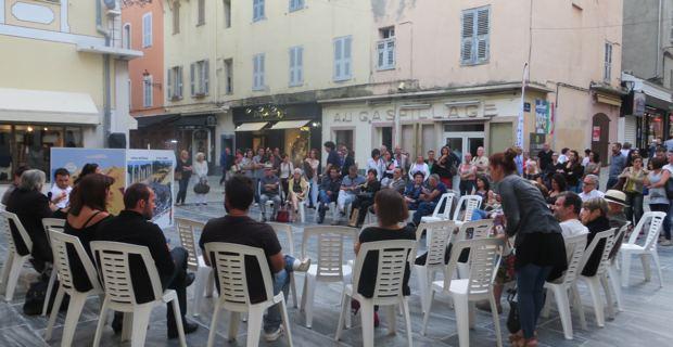 Bastia : Sgardi sfasati nant'à a Corsica d'oghje in carrughju Napoleo.