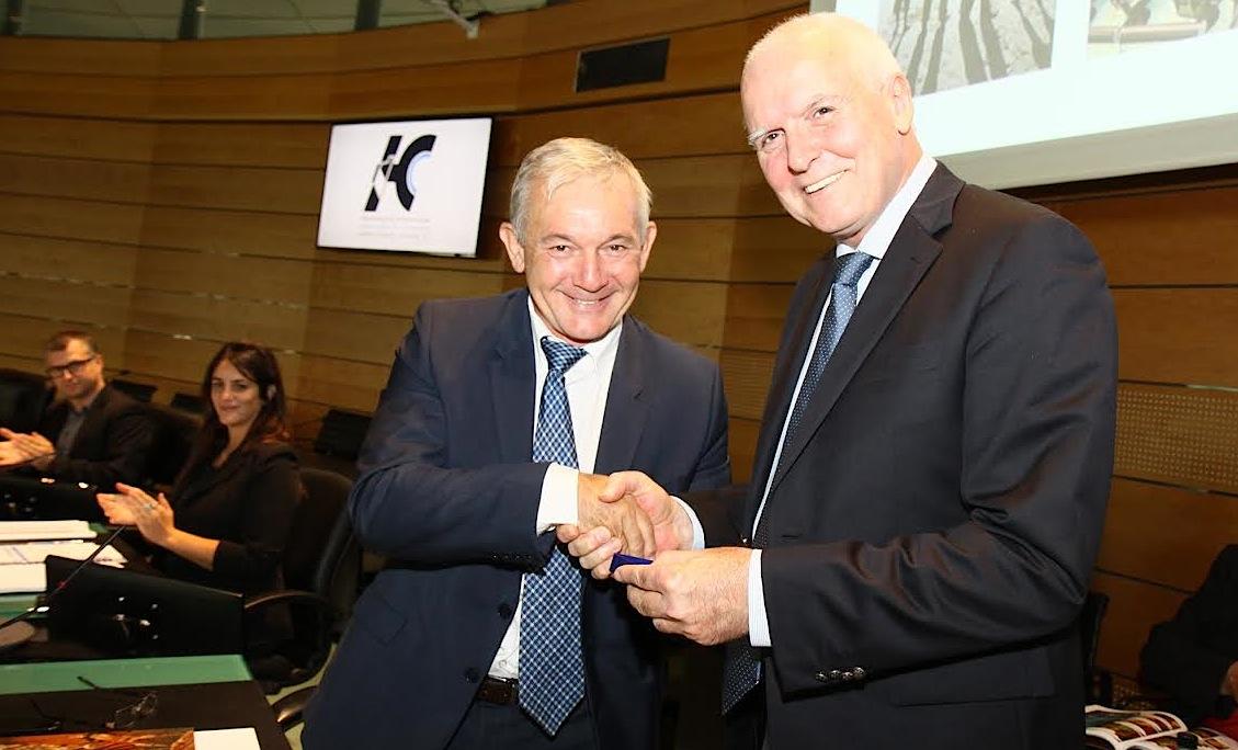 François Orlandi a remis la médaille commémorant le bicentenaire de la mort de Pascal Paoli à Yvon Alain, le directeur de l'IRA