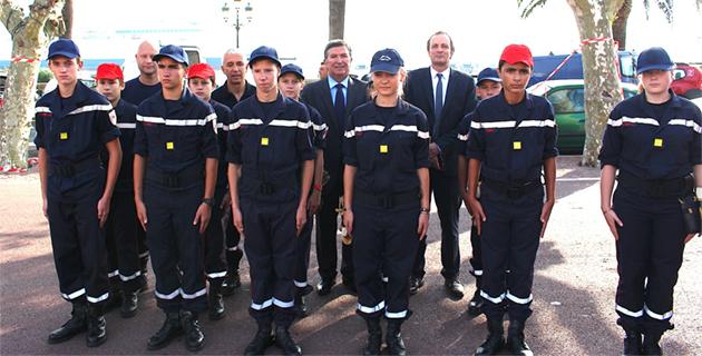 Le prefet de Haute-Corse et Jean-Louis Milani avec les jeunes sapeurs-pompiers de Haute-Corse