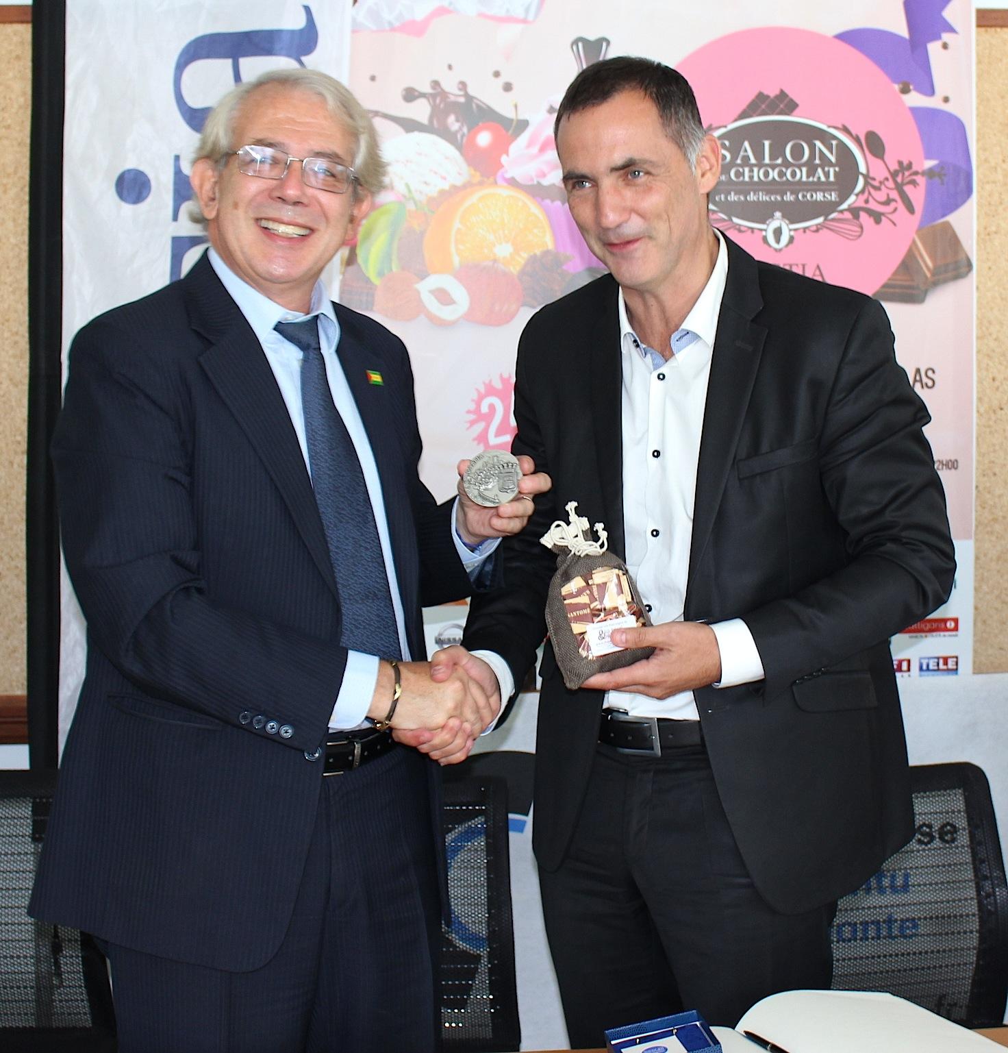 Du chocolat de Sao Tomé pour Gilles Simeoni et la médaille de la ville de Bastia pour Jean-Pierre Bensaïd : Les échanges ont déjà commencé entre Sao Tomé et Bastia !