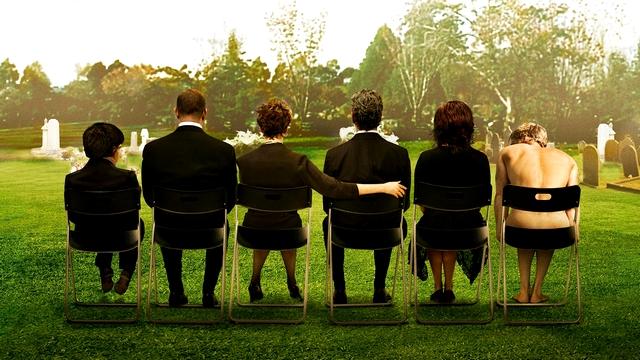Une famille en apparence bien sous tous rapports, mais qui comporte son lot d'individualités tonitruantes. Le Révérend qui officie pour la cérémonie n'a qu'à bien se tenir : les péripéties ne font que commencer ! (Photo : DR)