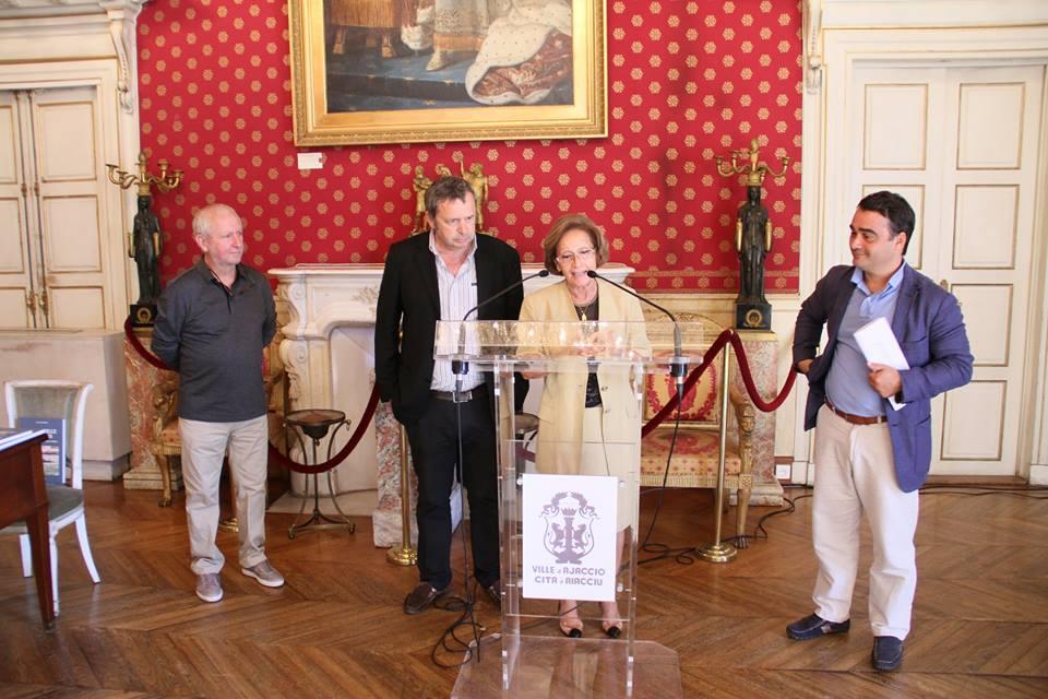 Alain Piazzola et Antoine Marie Graziani présentant leur dernière parution.                                  Photo René Scholler