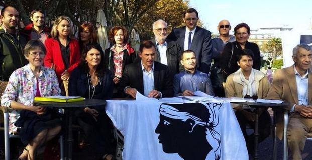 Les élus et militants de Femu a Corsica autour de leur leader, Gilles Simeoni.
