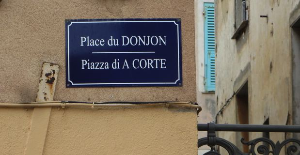 Les premières plaques bilingues ont été apposées dans le quartier de la Citadelle.