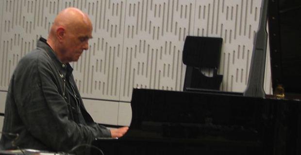 Hans-Joachim Roedelius, compositeur allemand de musique électronique, pionnier de la musique expérimentale et de l'ambient, et figure importante du krautrock.