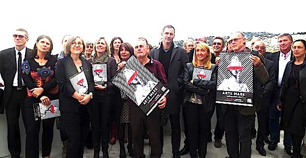 L'équipe d'Arte Mare, Michèle Corotti, sa présidente, en compagnie de Gilles Simeoni, maire de Bastia, et de ses adjoints, lors de la présentation de la 32ème édition.