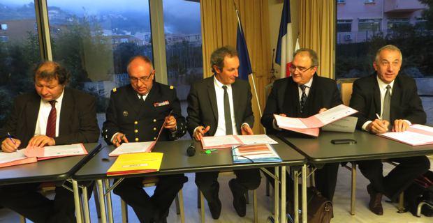 Le préfet maritime de Méditerranée, l'Amiral Joly, le préfet de la Haute-Corse, Alain Rousseau, le président de l'Exécutif de l'Assemblée de Corse, Paul Giacobbi, et le président de l'Office de l'environnement, Pierre Ghionga.