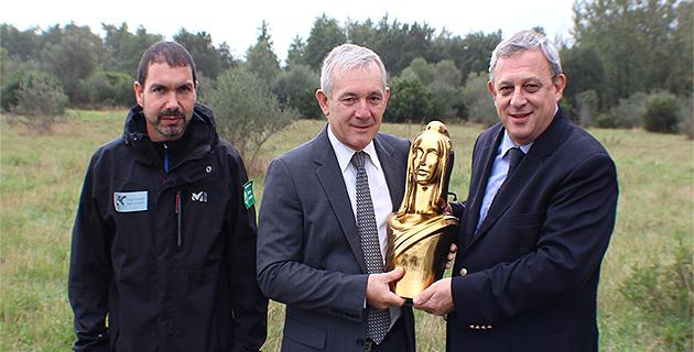 Alain Trampoglieri secrétaire général du concours remet la Marianne d'Or à François Orlandi, vice-président du conseil général de Haute-Corse, en charge de l'environnement en présence de François Pasquali, conservateur de la réserve naturelle de Biguglia.