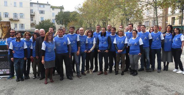 L'association Mantinum et l'association Inseme entourent le maire de Bastia, Gilles Simeoni, et une partie de son Conseil municipal.