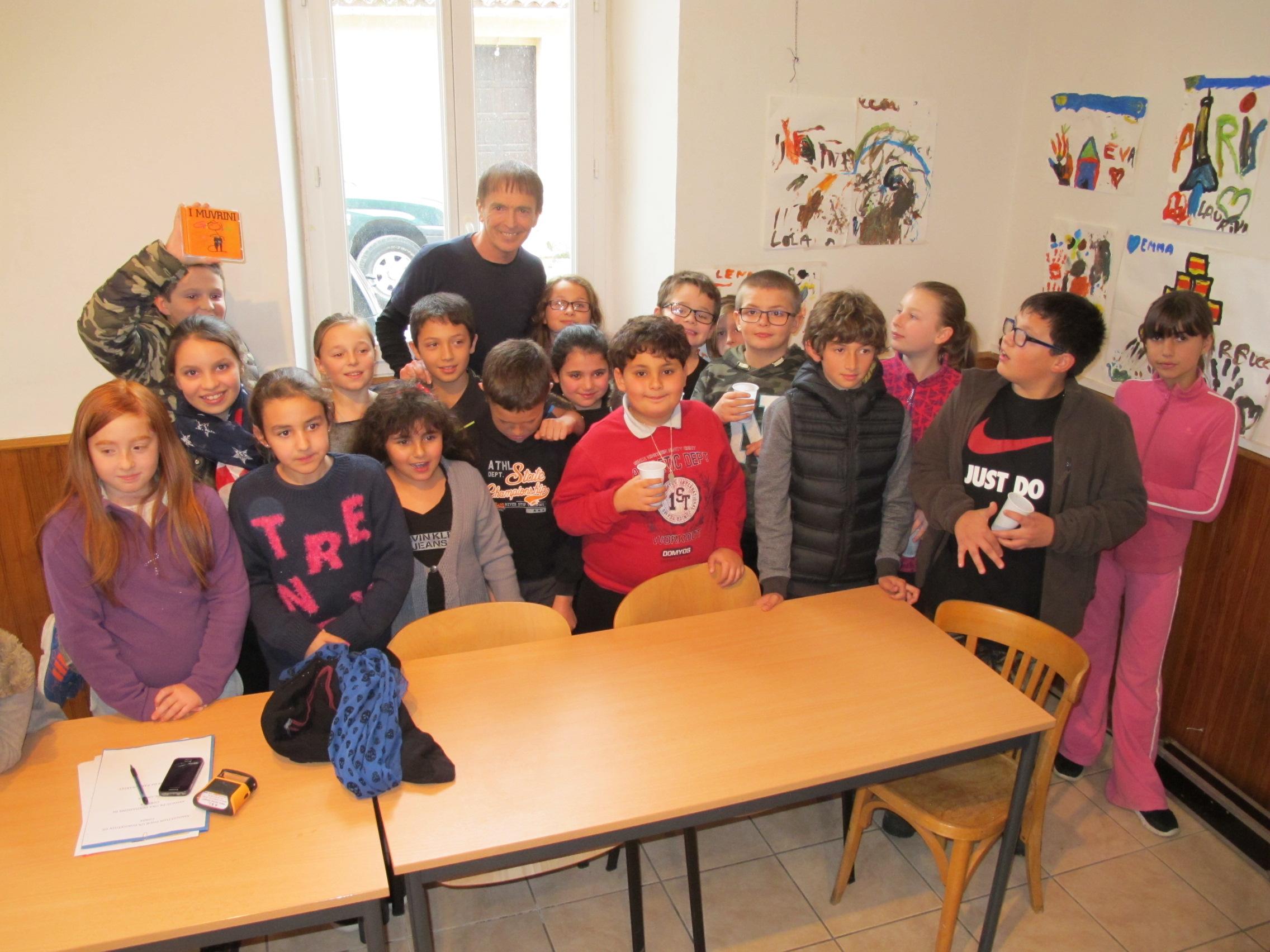 Jean-François Bernardini avec les enfants de Carbuccia