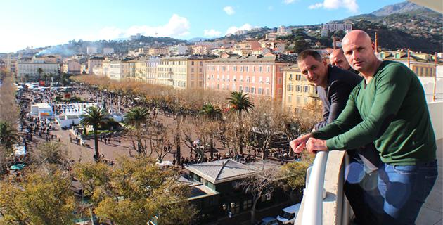 Au cinquième étage de l'hôtel de ville de Bastia Dominique Bozzi et Gilles Simeoni imaginent, déjà, ce que sera l'arrivée de la Classica Corsica sur la place Saint Nicolas.