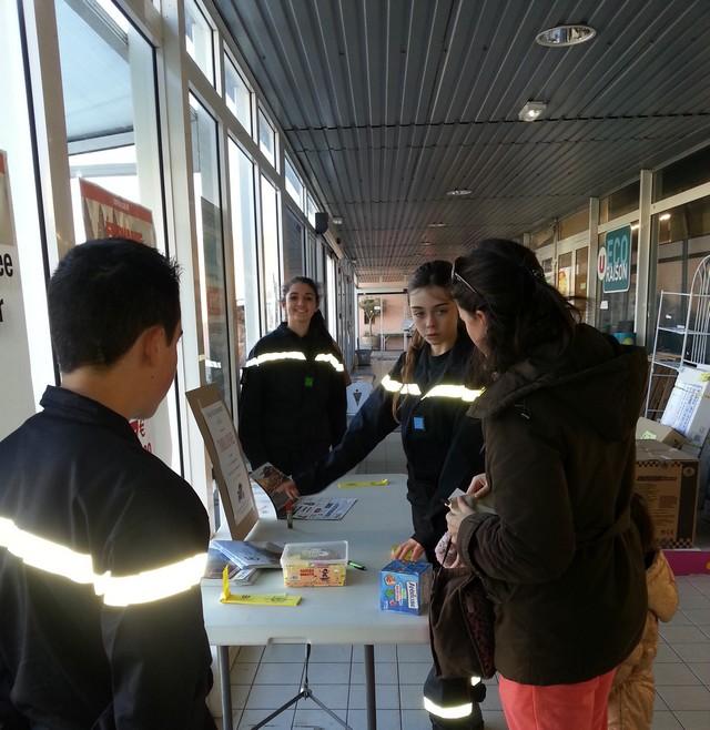 Les jeunes sapeurs-pompiers volontaires de Calvi vendent le calendrier et billets de tombola