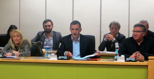 Le maire nationaliste, Gilles Simeoni, entouré de sa première adjointe socialiste, Emmanuelle De Gentili, et de son second adjoint libéral, Jean-Louis Milani.
