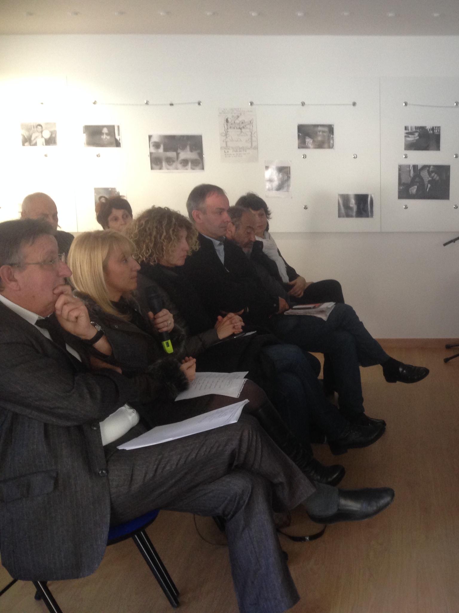 Emmanuelle de Gentili face aux membres de l'association
