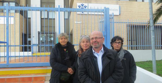 Le Dr Antoine Grisoni, président de l'Union régionale des professions de santé-médecins libéraux, entouré de médecins libéraux devant le siège de la CPAM à Bastia où s'est enfermé le Dr François Benedetti.