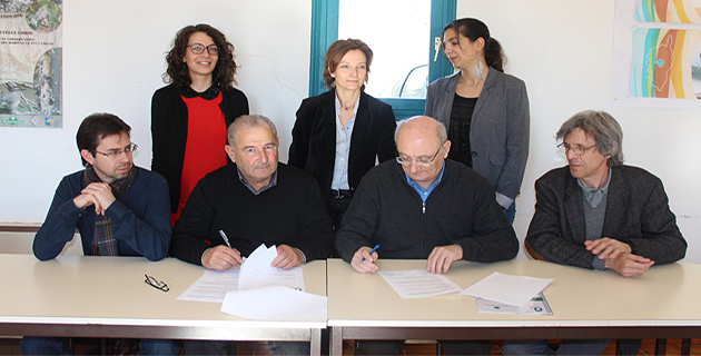 Entourés de leurs proches collaborateurs, Jacques Costa (président du PRNC) et Antoine Feracci (président du CPIE) signent la convention