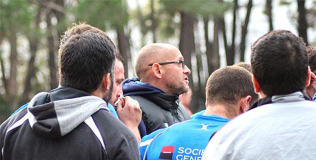 Samuel au milieu de ses joueurs : Bastia XV y croit encore.