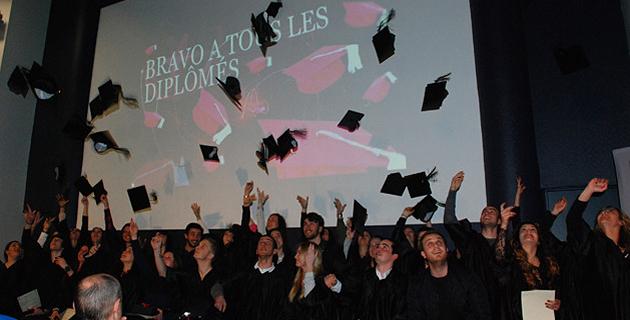 Comme le veut la tradition, les diplômés ont fait voler leurs motarboard