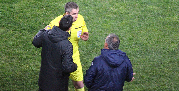 Face à face entre Rémy Fautrel, l'arbitre, et Ghislain Printant